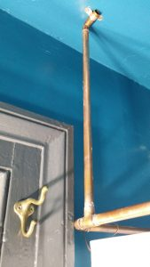 Close-up of the copper pipe shower curtain rod.